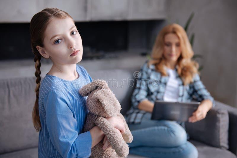 Wzburzony dzieciaka czekanie dla macierzystej miłości indoors obrazy royalty free