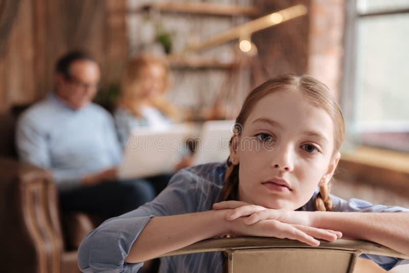 Wzburzony dzieciaka czekanie dla ruchliwie rodzic uwagi w domu obraz stock