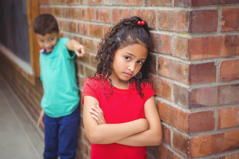 Wzburzony dziecko dokucza innym dzieckiem zdjęcie royalty free