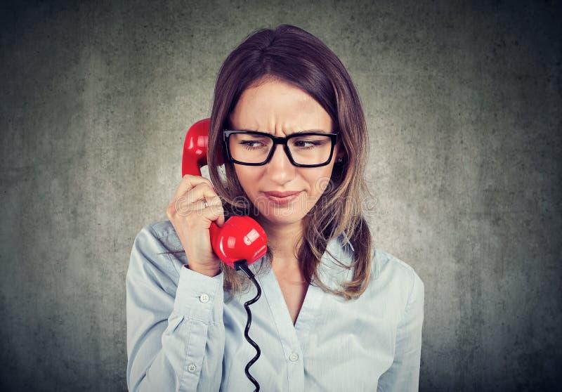 Wzburzony kobiety mówienie na telefonie obraz royalty free