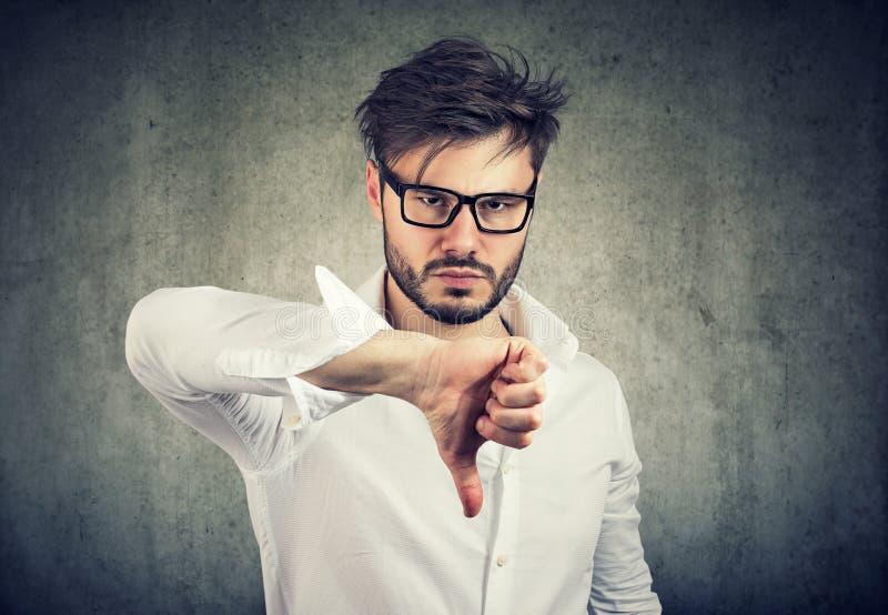 Wzburzony mężczyzna pokazuje kciuk up obrazy stock