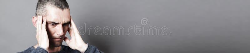 Wzburzony młodego człowieka cierpienie od bolesnego earache lub migreny, sztandar zdjęcie stock