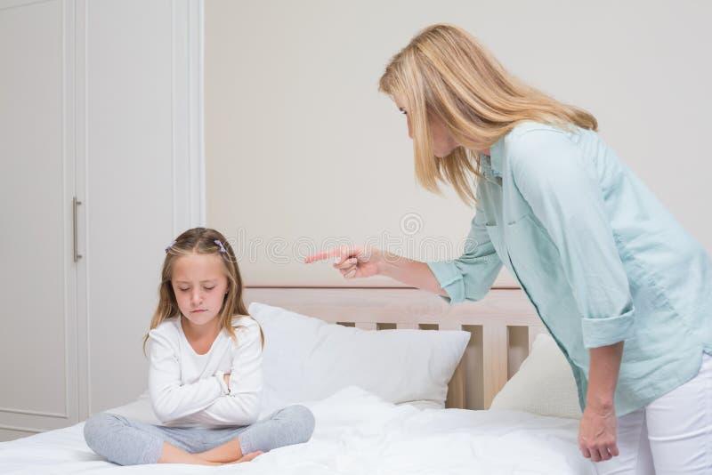 Wzburzony macierzysty łajanie jej córka obraz stock