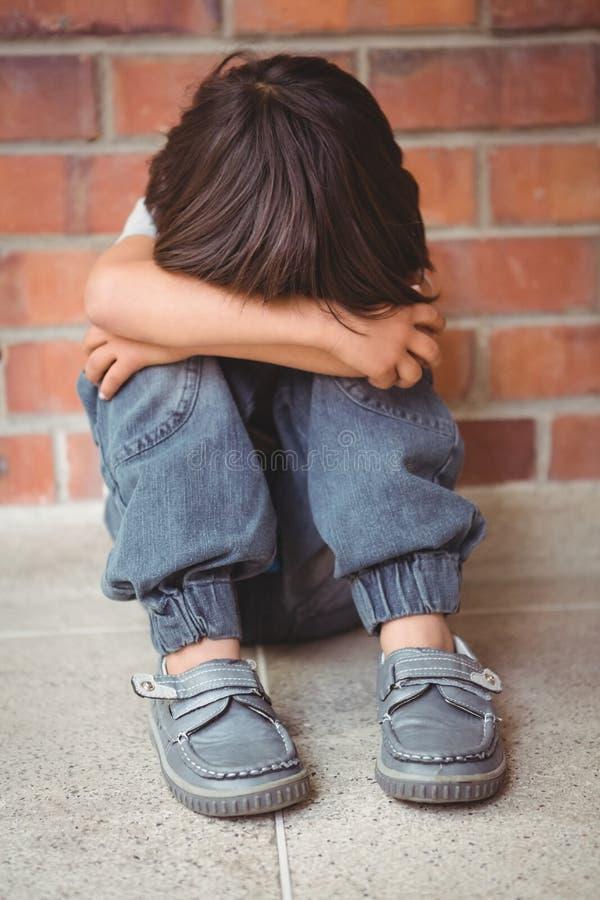 Wzburzony osamotniony dziecka obsiadanie on zdjęcie stock