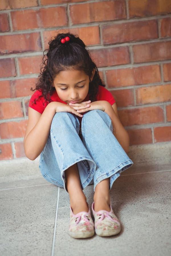 Wzburzony osamotniony dziewczyny obsiadanie ona zdjęcia royalty free