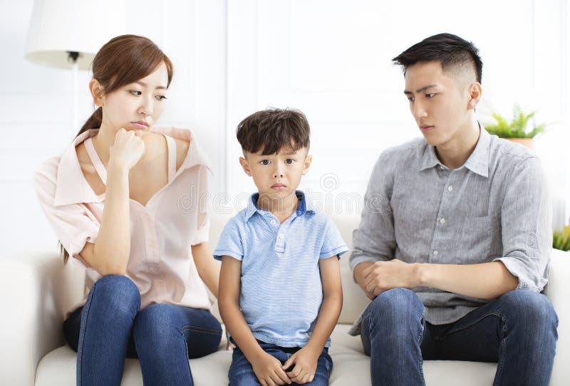 Wzburzony rodzica i chłopiec obsiadanie na kanapie zdjęcie stock