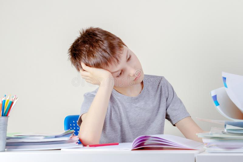 Wzburzony smutny ucze? z stosem szkolne ksi??ki i notatniki zdjęcia royalty free