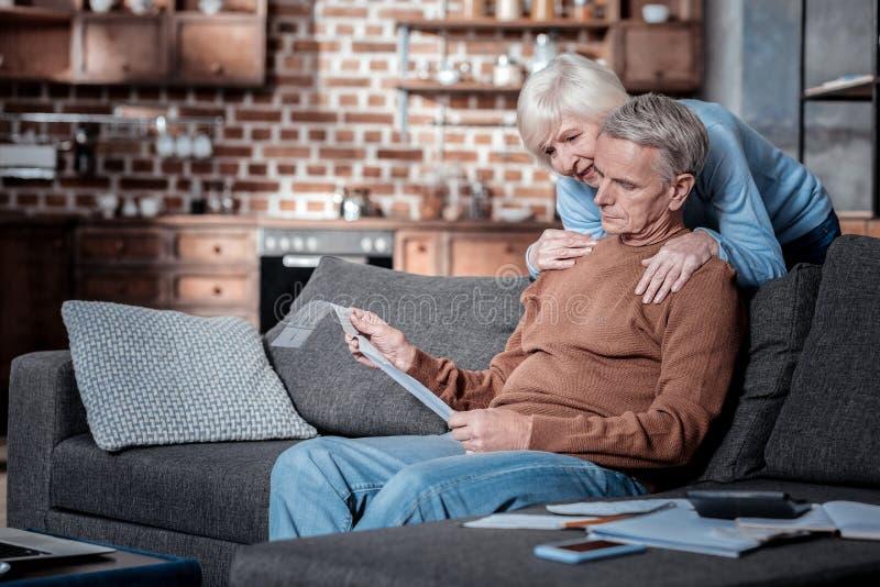 Wzburzony starszy mężczyzna patrzeje liczenie fotografia royalty free