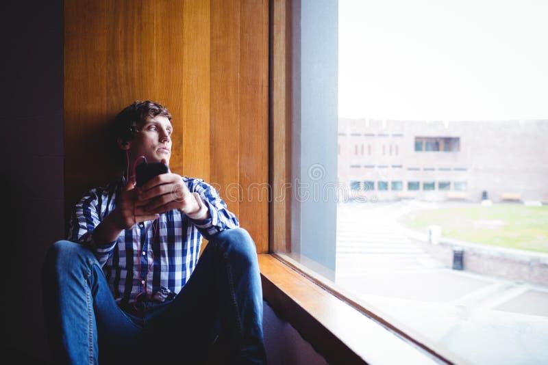 Wzburzony studencki patrzeć przez okno fotografia royalty free