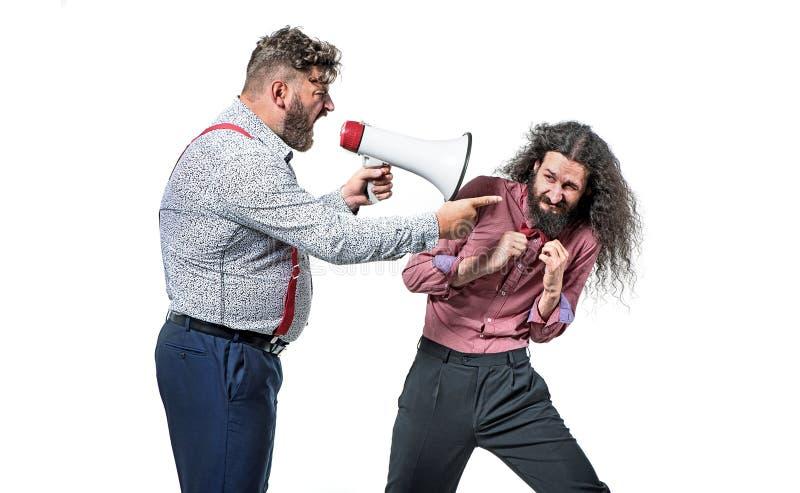 Wzburzony szef wrzeszczy przy jego pracownikiem z megafonem obrazy stock