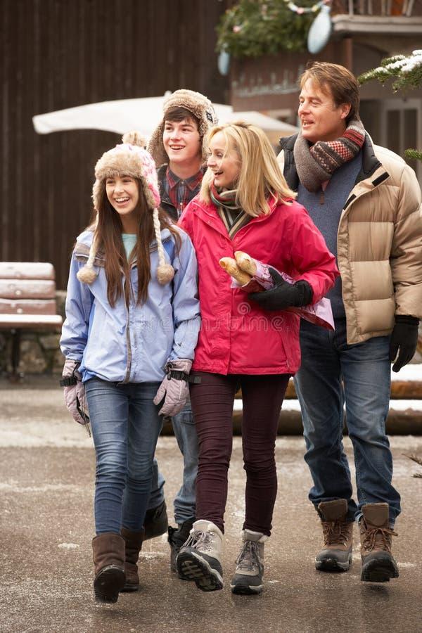 Wzdłuż Śnieżnej Grodzkiej Ulicy nastoletni Rodzinny Odprowadzenie zdjęcie stock