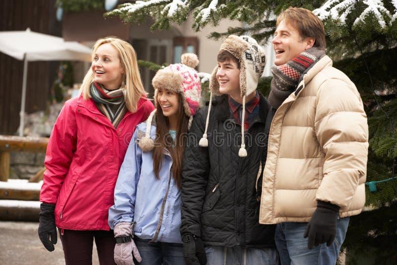 Wzdłuż Śnieżnej Grodzkiej Ulicy nastoletni Rodzinny Odprowadzenie obrazy stock