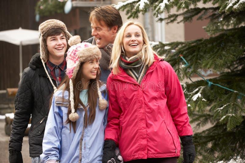 Wzdłuż Śnieżnej Ulicy nastoletni Rodzinny Odprowadzenie zdjęcia stock
