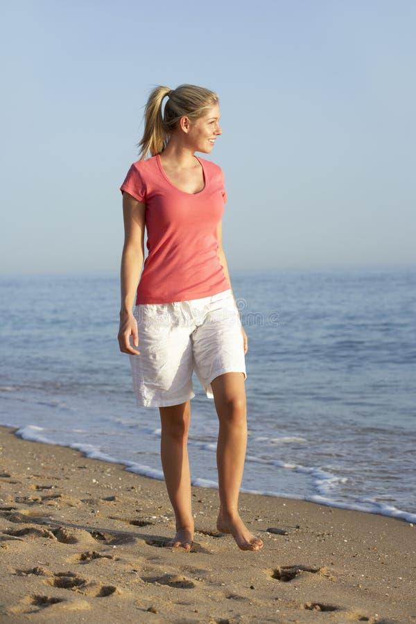 wzdłuż plażowej chodzącej kobiety zdjęcie royalty free