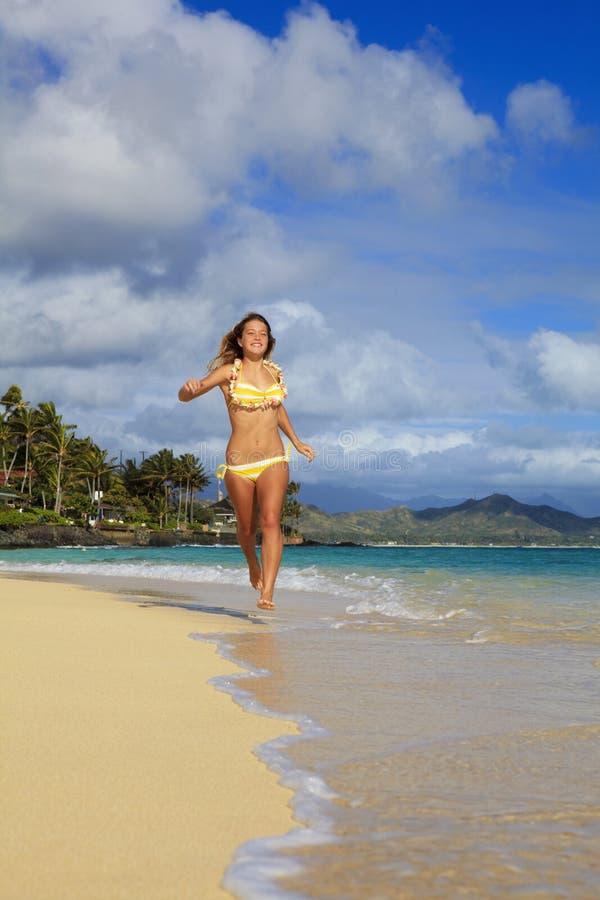 wzdłuż plażowej dziewczyny biega nastoletniego obrazy royalty free