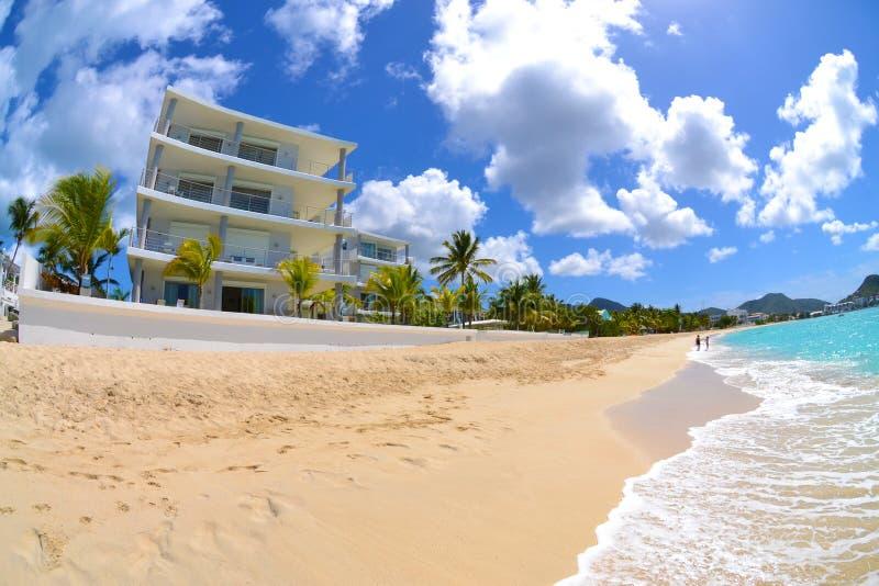 Wzdłuż plaży Karaibska Willa zdjęcie stock