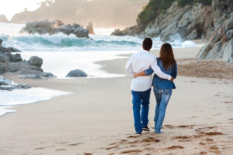 Wzdłuż plaży romantyczny spacer. obrazy royalty free