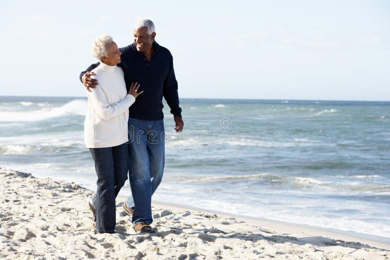 Wzdłuż Plaży Wpólnie Pary starszy Odprowadzenie obrazy royalty free