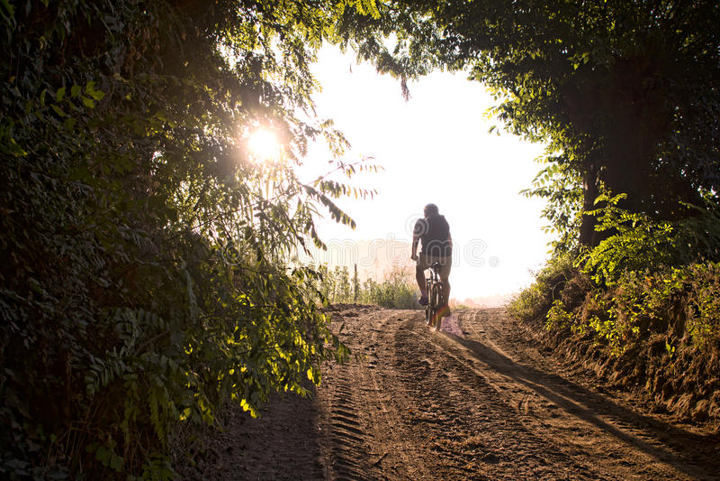 wzdłuż roweru kraju kolarstwa mężczyzna halnego śladu zdjęcia stock
