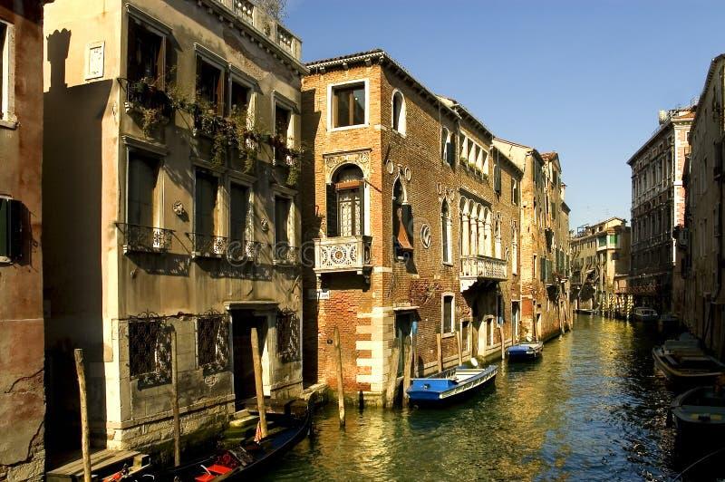 Download Wzdłuż ulicy Wenecji zdjęcie stock. Obraz złożonej z sceneria - 128324