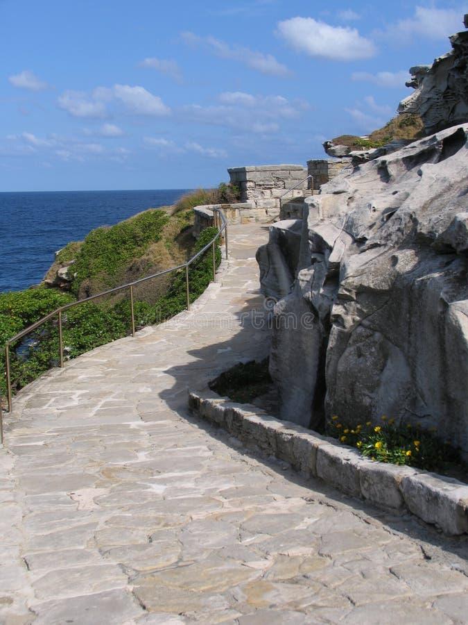 wzdłuż wybrzeża kamienia przejścia obraz royalty free