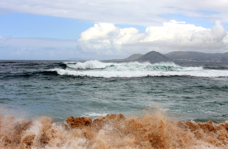 wzdłuż wybrzeża piaska mieszający spanish macha na zachód zdjęcie stock
