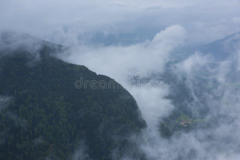 Wzgórza dolomity, północny Włochy z niskimi chmurami obraz royalty free