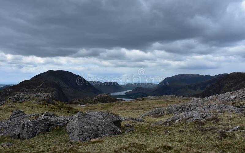 Wzgórza i Crags Otacza Blackbeck Tarn w Anglia obraz stock