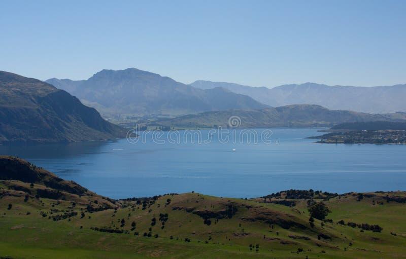 Wzgórza i Jeziorny Wanaka jak widzieć od Roy&-x27; s szczytu ślad w Nowa Zelandia obraz royalty free