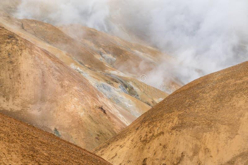 Wzgórza i wydźwignięcie dymią w Kerlingarfjöll, Iceland obraz stock
