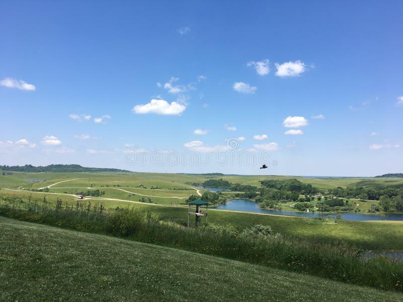 Wzgórza z jeziorem i few chmury obrazy royalty free