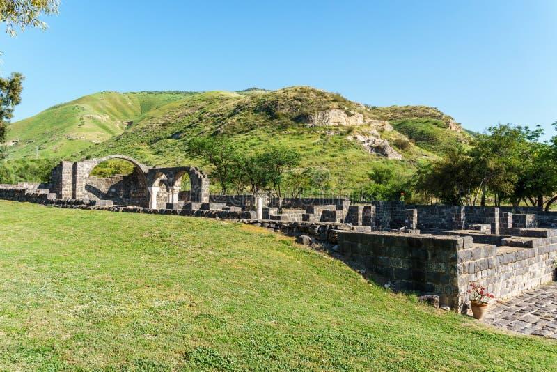 Wzgórze Golan Izrael, Marzec, - 31, 2018: Kursi parka narodowego imponująco resztki kościół i monaster zdjęcia stock
