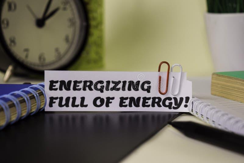 Wzmacniać Pełno energia! na papierze odizolowywającym na nim biurko Biznesu i inspiracji poj?cie fotografia royalty free