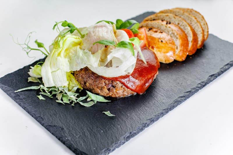 Wzmacnia cutlet z warzywami i lisye sałatka obraz stock