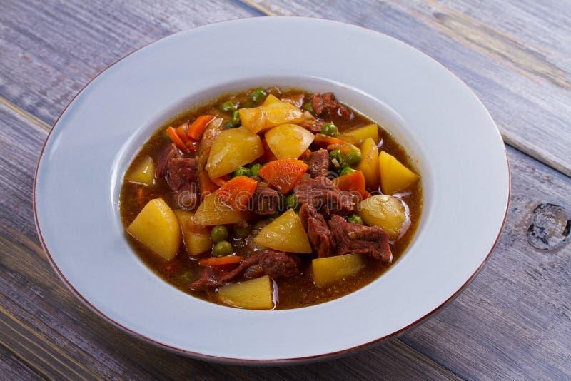 Wzmacnia mięso stewed z grulami, marchewkami, grochami i pikantność, Wołowina gulasz, popularny naczynie w Irlandia obrazy stock