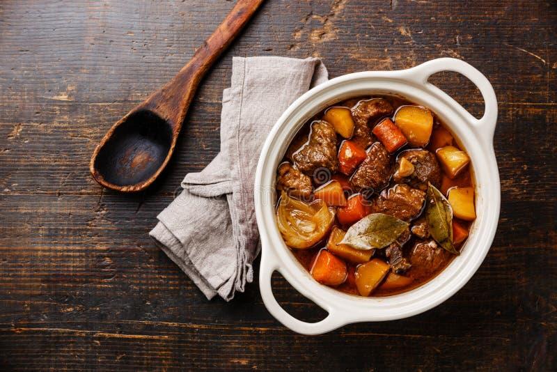 Wzmacnia mięso stewed z grulami, marchewkami i pikantność, zdjęcia royalty free