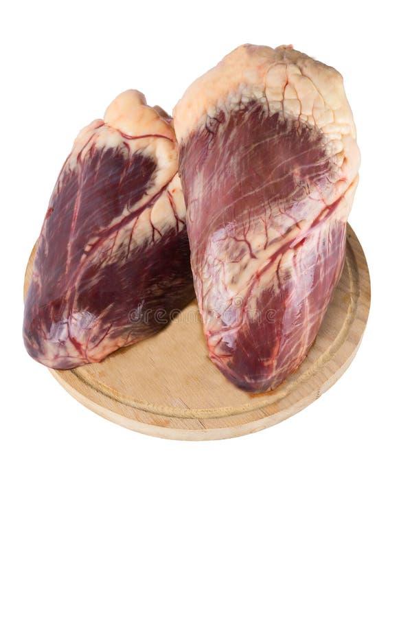 Wzmacnia serce ciącego w połówce na tnącej desce Odizolowywa na białym tle Odbitkowa pasta zdjęcia stock