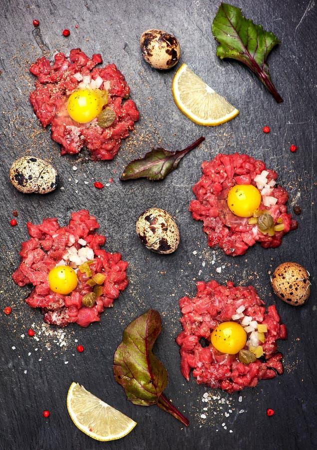 Wzmacnia tartare z jajkiem, kaparami i cebulami, Odgórny widok Widzii serie obrazy stock