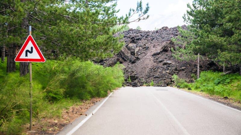 Wzmacniająca lawowego przepływu łamająca droga na skłonie Etna zdjęcie royalty free