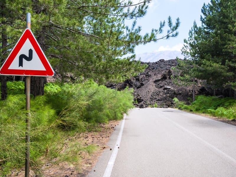 Wzmacniający lawowy przepływ zamykał drogę na skłonie Etna obraz stock