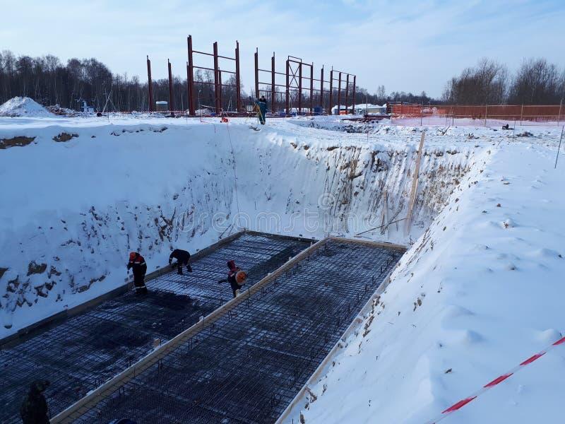 Wzmacniający metal ramę dla nalewać betonowego fundacyjnego budynek obraz stock