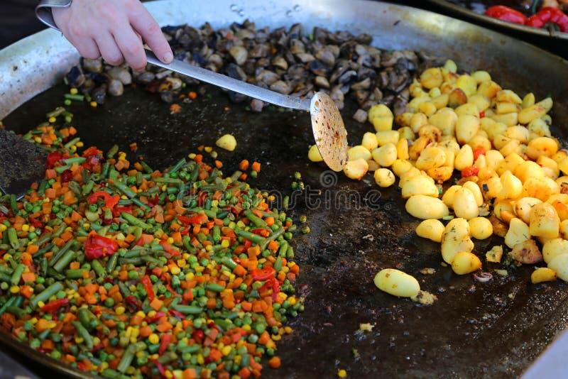 Wzmacniający warzywo przy tacą zdjęcia stock