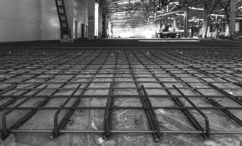 Wzmacnienie rama podłoga przygotowywał dla nalewać beton w przemysłowym pokoju zdjęcie royalty free