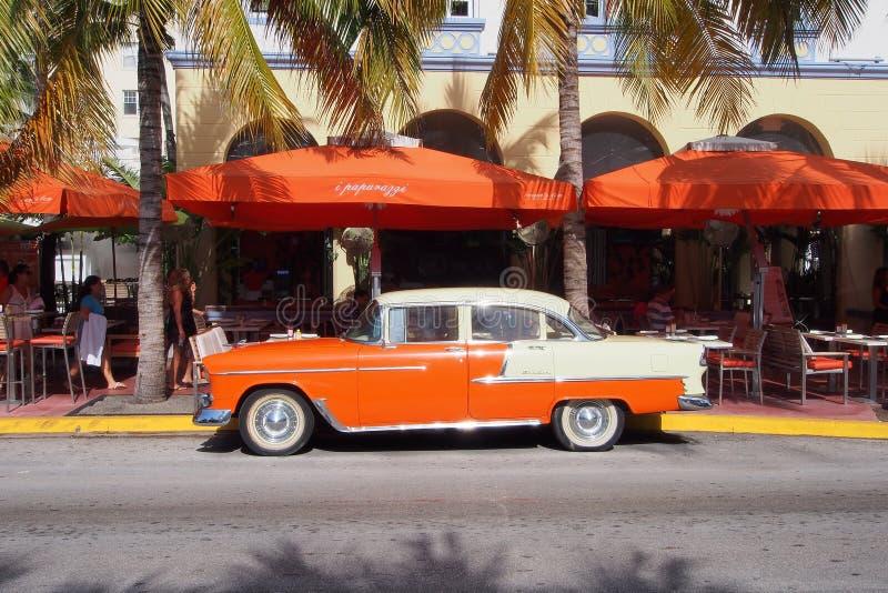 Wznawiający antykwarski Chevrolet sedan na ocean przejażdżce w Miami plaży obrazy stock
