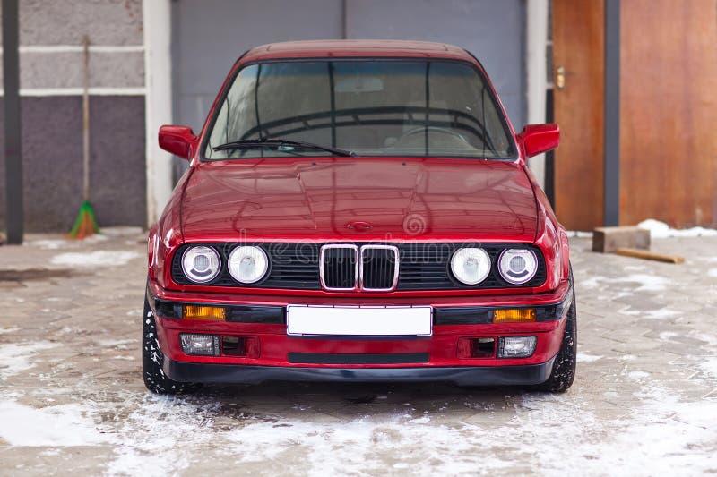 Wznawiający czerwony stary samochód który patrzeje jak nowy, obrazy stock