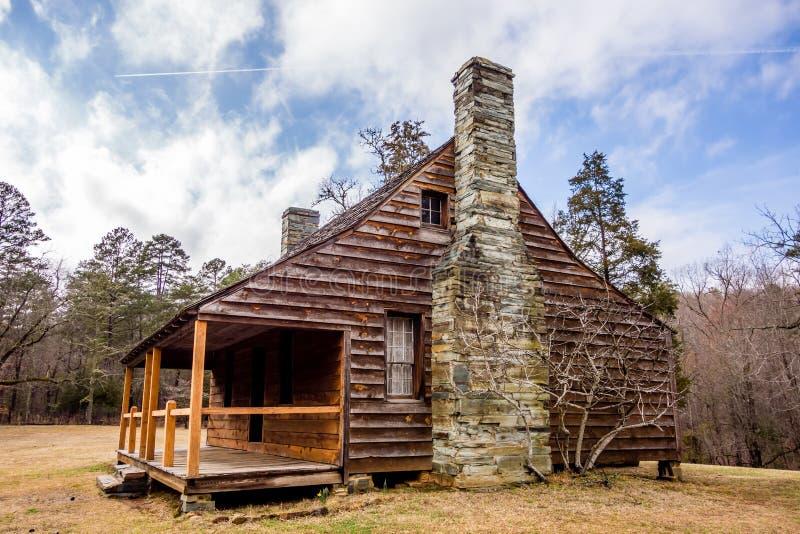 Wznawiający historyczny drewniany dom w uwharrie górach lasowych fotografia stock