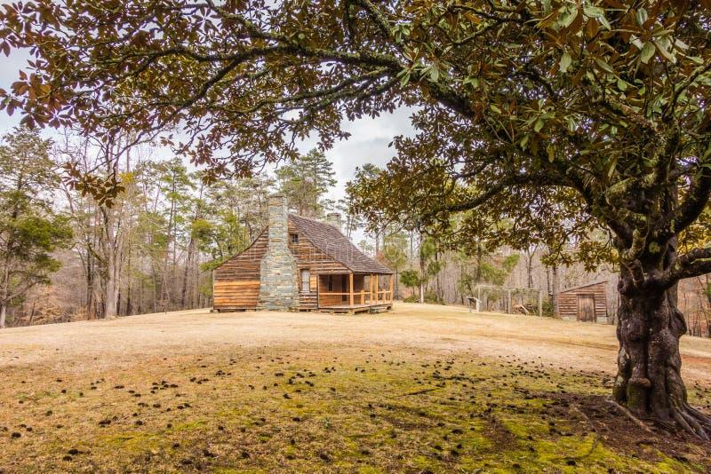 Wznawiający historyczny drewniany dom w uwharrie górach lasowych fotografia royalty free