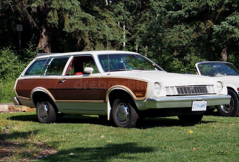 Wznawiający Klasyczny Brown I Biały Ford Stacyjny furgon zdjęcia stock