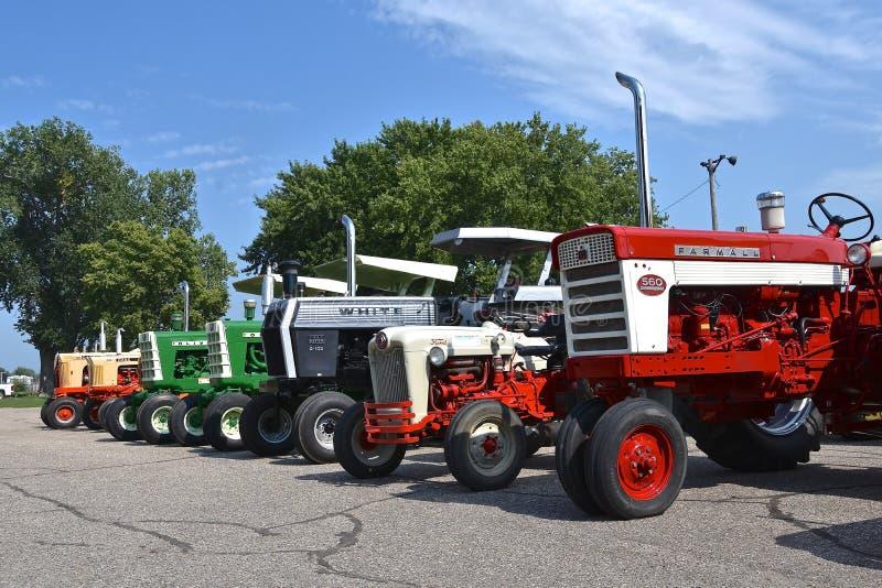 Wznawiający starzy Farmall, bielu, Oliver i Ford ciągniki, fotografia stock