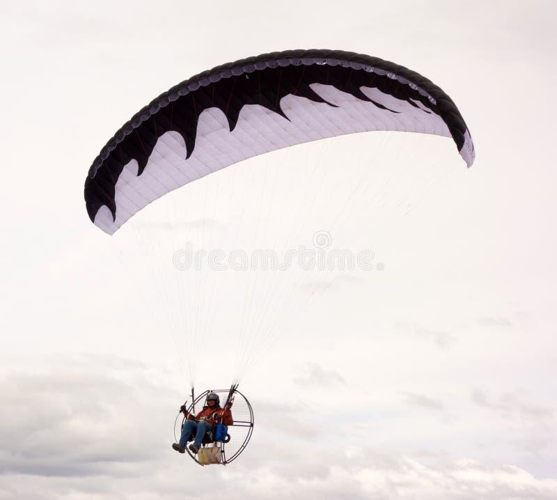 Wznosić się nad morzem w zmotoryzowanym paraglider fotografia royalty free